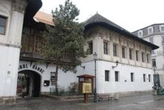 Aproape 30 de persoane, intre care si adjunctul Politiei Capitalei, Radu Gavris, amendate pentru incalcarea restrictiilor sanitare la restaurantul Hanul lui Manuc