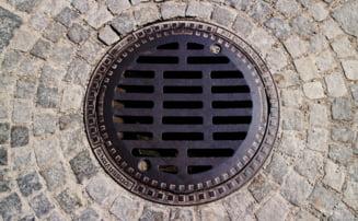 Aproape jumatate dintre locuintele romanilor nu sunt racordate la canalizare