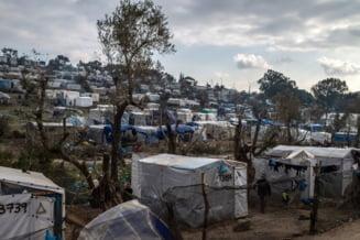 Aproximativ 9.000 de migranti din insula Lesbos s-au mutat in corturi
