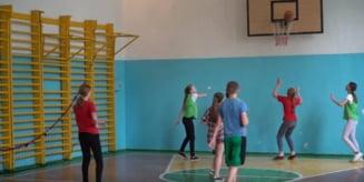 Ar fi bine sa se deschida salile de sport pentru elevi. Un antrenor voluntar din Cluj cere acest lucru