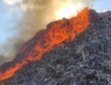 """Arde groapa de gunoi din Sighisoara. Seful Garzii de Mediu: """"Suntem la mila vantului"""" VIDEO"""
