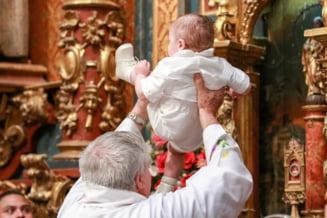Arhiepiscopia Argesului sustine botezul prin afundare. Exceptie fac bebelusii bolnavi, agitati si cei nascuti prematur