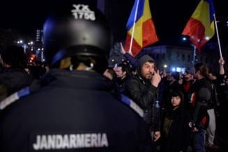 Arme albe gasite asupra unor participanti la protestul din Galati. Un jandarm a platit taxiul pentru un baiat de 13 ani si bunica lui, desi asupra copilului gasise un briceag