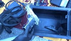 Arme letale, munitie si o grenada, gasite de politisti in doua autoturisme, dupa o razie in trafic