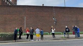 Artistul stradal Banksy a confirmat ca este autorul unui desen in graffiti realizat pe zidul unei inchisori