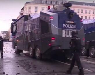 Atac cu pietre, gunoi in flacari si tunuri de apa la un mars neonazist in Germania (Foto)
