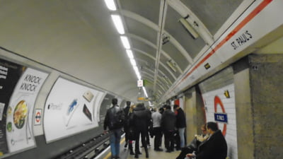 Cauta? i o femeie metrou