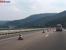 Atentie, soferi! Traficul e intrerupt pe A1, dupa ce o autoutilitara s-a rasturnat