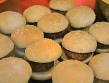 Au furat 60 de hamburgeri in fundul gol si au lasat o dara de ardei rosu in urma