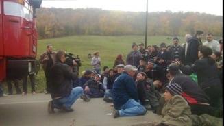 Au reinceput protestele de la Pungesti: au fost mai multi jandarmi