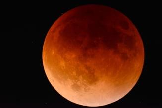 Au stat cu ochii pe eclipsa si au mai surprins un fenomen la care nimeni nu se astepta. Un meteorit s-a ciocnit de Luna (Video)
