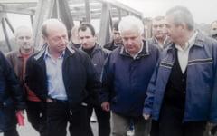 Au trecut zece ani de cand Basescu si Tariceanu concurau in vizite la podul rupt de ape de la Maracineni