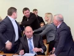 Audieri anticoruptie cu scantei: Un parlamentar si-a lovit cu piciorul in cap seful de la securitate (Video)