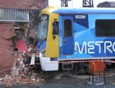 Australia: Un tren deraiat a ajuns in sediul unei banci