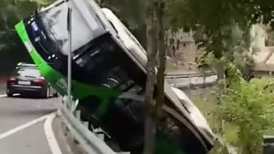 Autobuz rămas suspendat pe marginea unui canal colector VIDEO