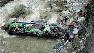 Autocar cazut intr-o prapastie de 200 de metri. Zeci de morti