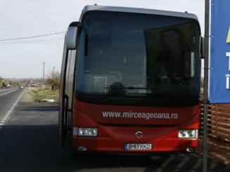 Autocarul lui Geoana, atacat cu focuri de arma