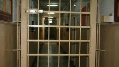 Autorii din puscarii nu vor mai primi scutiri de pedeapsa pentru fiecare carte scrisa in detentie