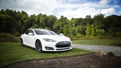 Autoritățile americane investighează accidentele în care au fost implicate maşinile Tesla. Sunt vizate peste 700.000 de automobile