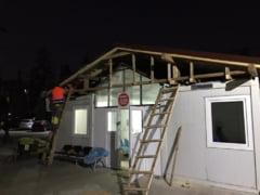 Autoritatile din Sibiu au construit un acoperis peste containerele din Spitalul Judetean, in care sunt pacienti COVID, pentru a opri infiltrarea apei