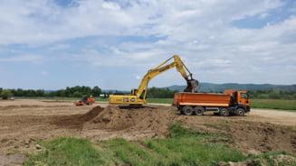 Autostrada Sibiu-Boita trece prin curtile a doi localnici. Lucrarile au fost oprite fiindca statul n-a alocat pana acum bani pentru expropriere