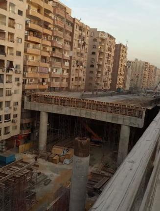 Autostrada care trece printre blocuri, unita direct de balcoane. Etajele inferioare sunt, practic, sub pod (Galerie foto)