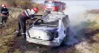 Autoturism distrus de un incendiu, la Poboru. Focul a fost pus intentionat