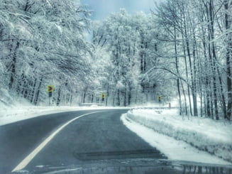 Avertisment pentru soferi. Drumuri din doua judete, afectate de viscol. Pe autostrada A2 ninge cu rafale de vant