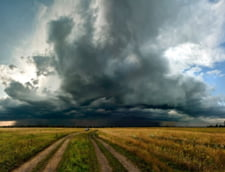 Avertizari de ploi torentiale, vijelii si inundatii pentru jumatate de tara UPDATE