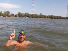 Avram Iancu a stabilit recordul mondial: A inotat toata Dunarea doar in slip si cu casca pe cap (Video)