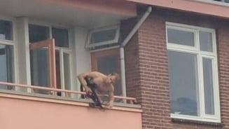 Bărbat filmat în timp ce trage cu arbaleta în trecători, de la balcon. Două persoane au murit VIDEO