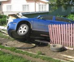 BEAT, un sofer din ALUNU a intrat cu masina in gardul SCOLII