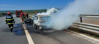 BMW X3 distrus complet intr-un incendiu pe autostrada A10. Soferul a reusit sa opreasca pe banda de urgenta FOTO