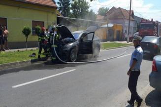 BMW X6 in flacari pe o strada din Lugoj. Un furtun a cedat, iar combustibilul a ajuns pe motorul incins