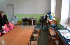 BOTOSANI Copii in pericol! Doua grupe de copii de gradinita impart sala de clasa cu medicul de familie si cu pacientii lui FOTO- VIDEO