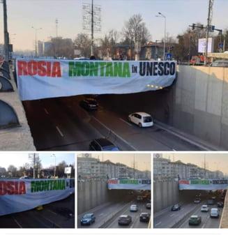 """Banner cu mesajul """"Rosia Montana in UNESCO"""", afisat la Pasajul Baneasa"""