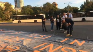 Banner imens adus in fata Guvernului in ziua sedintei in care ar putea fi data ordonanta de urgenta pentru amnistie si gratiere (Video) UPDATE