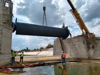 Barajului stavilar de la Sanmihaiu Roman i s-a adaugat un echipament de baza