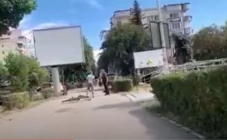 "Barbat injunghiat in centrul orasului Deva. Martorii filmeaza amuzati scenele sangeroase: ""Mai da-i, in spate!"" VIDEO"