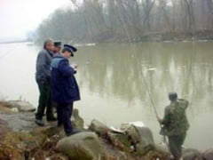 Barbati din Teius prinsi la pescuit pe Mures, cu unelte interzise