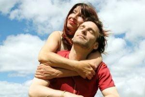 Barbatii se simt batrani abia dupa varsta de 58 de ani, femeile dupa 29 de ani