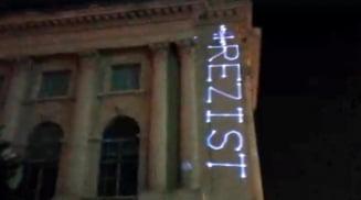 Barbatul care a proiectat mesajul #rezist pe Muzeul de Arta va face plangere impotriva politistilor care l-au incatusat