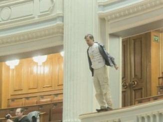 Barbatul care s-a aruncat de la balconul Parlamentului, operat miercuri