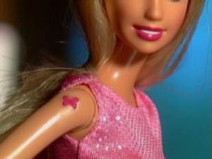 Barbie cu tatuaje
