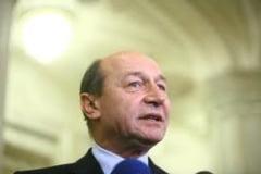 Basescu, atacat cu paine: Asta e societatea! (Video)