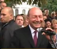 Basescu, baie de multime la Sannicolau-Mare si glumite cu sotia care merita o statuie