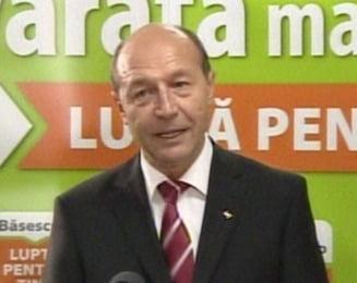 """Basescu, ingrijorat ca Iohannis e """"tinut in afara deciziilor importante"""""""