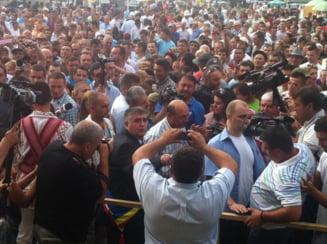 Basescu, la Costesti, Arges: Cum vine premierul, ii cereti locuri de munca; el da (Video)