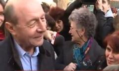 Basescu, la sediul PMP: A inaintat cu greu printre pupaturile femeilor (Foto)
