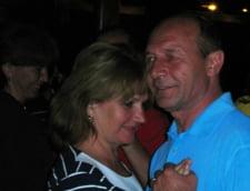 Basescu, pe litoral de ziua sotiei sale: S-au plimbat cu salupa si au dansat la Ciresica